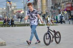 Ragazzo di camminata del motociclista Fotografia Stock