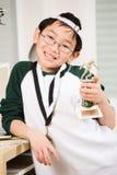 Ragazzo di conquista con la suoi medaglia e trofeo Fotografie Stock Libere da Diritti