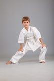 Ragazzo di karatè nel combattimento bianco del kimono Fotografia Stock Libera da Diritti