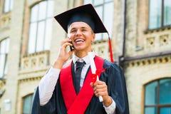 Ragazzo di laurea che parla sul telefono cellulare Fotografia Stock Libera da Diritti