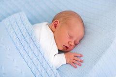 Ragazzo di neonato su una coperta blu Immagine Stock