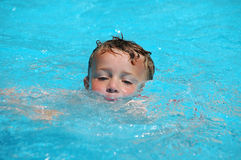 Ragazzo di nuoto fotografie stock libere da diritti