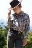 Ragazzo di paese che capovolge il suo cappello Fotografie Stock Libere da Diritti