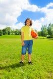 Ragazzo di pallacanestro fuori Fotografia Stock