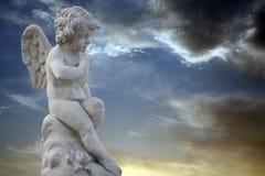 Ragazzo di pensiero con la statua delle ali Fotografie Stock Libere da Diritti
