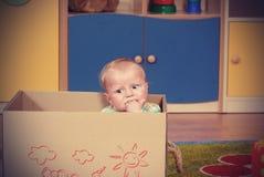 Ragazzo di quattro mesi che gioca e che impara nella scuola materna fotografia stock libera da diritti