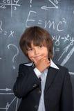 Ragazzo di scuola che prova a risolvere le equazioni Immagine Stock Libera da Diritti