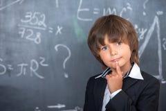 Ragazzo di scuola che prova a risolvere le equazioni Fotografia Stock