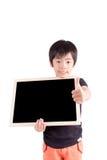 Ragazzo di scuola che tiene un bordo nero in bianco, isolato su backgr bianco Fotografia Stock Libera da Diritti