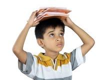 Ragazzo di scuola con il manuale Fotografie Stock Libere da Diritti