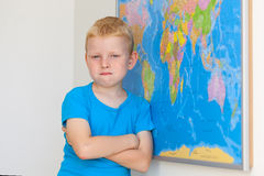 Ragazzo di scuola con la mappa di mondo Immagini Stock Libere da Diritti