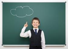 Ragazzo di scuola con la nuvola dipinta che ha idea Immagini Stock