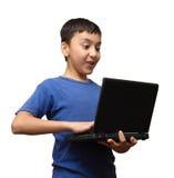 Ragazzo di sorpresa con il computer portatile Immagine Stock