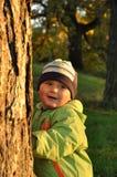 Ragazzo dietro l'albero Fotografia Stock