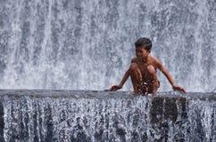 Ragazzo divertendosi nell'acqua Fall River fotografia stock libera da diritti