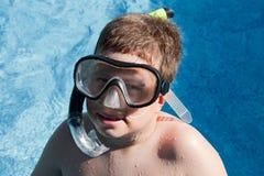 Ragazzo divertente con gli occhiali di protezione di immersione subacquea Fotografie Stock Libere da Diritti