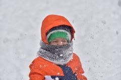 Ragazzo divertente del bambino in vestiti variopinti che giocano all'aperto durante Fotografie Stock Libere da Diritti