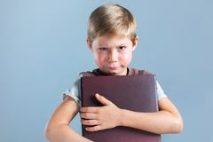 Ragazzo divertente dell'allievo del ritratto piccolo con il bambino del libro Fotografie Stock Libere da Diritti