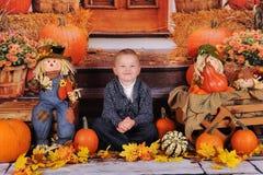 Ragazzo dolce che fa fronte sciocco a Halloween Fotografia Stock