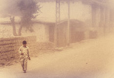 Ragazzo in duststorm fotografie stock
