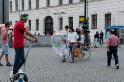 Ragazzo e bolla fotografie stock libere da diritti