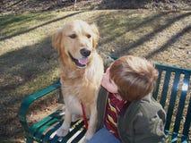 Ragazzo e cane sul banco Fotografia Stock