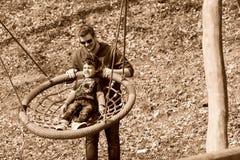 Ragazzo e fratello che giocano sul campo da giuoco Fotografia Stock