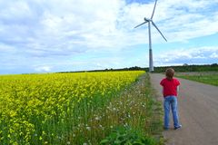 Ragazzo e mulino a vento Fotografie Stock Libere da Diritti
