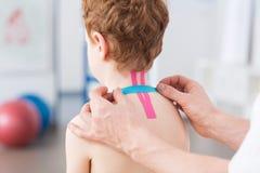 Ragazzo e problema cervicale della spina dorsale fotografie stock