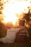 Ragazzo e ragazza adorabili sul tramonto fotografia stock