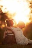 Ragazzo e ragazza adorabili sul tramonto fotografia stock libera da diritti