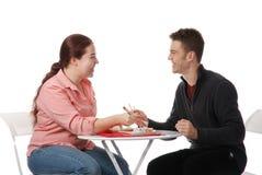 Ragazzo e ragazza che comunicano e che mangiano Immagine Stock Libera da Diritti