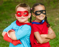 Ragazzo e ragazza che fingono di essere supereroi Immagine Stock