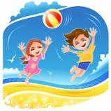 Ragazzo e ragazza che giocano con la sfera sulla spiaggia Fotografie Stock
