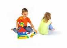 Ragazzo e ragazza che giocano con un costruttore Fotografia Stock Libera da Diritti