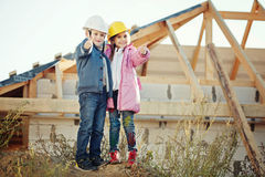Ragazzo e ragazza che giocano sul cantiere Immagini Stock