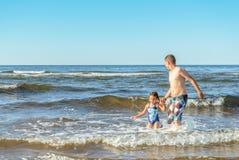 Ragazzo e ragazza che giocano sulla spiaggia Fotografia Stock Libera da Diritti