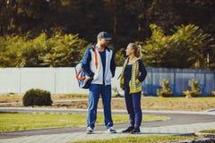 Ragazzo e ragazza che parlano prima dell'allenamento Fotografie Stock