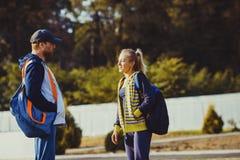 Ragazzo e ragazza che parlano prima dell'allenamento Immagine Stock