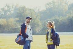 Ragazzo e ragazza che parlano prima dell'allenamento Fotografie Stock Libere da Diritti