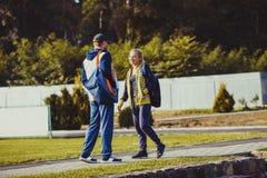 Ragazzo e ragazza che parlano prima dell'allenamento Fotografia Stock Libera da Diritti