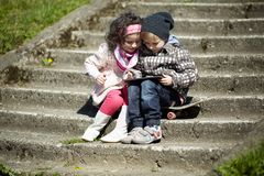 Ragazzo e ragazza che per mezzo insieme della compressa Fotografie Stock