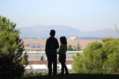 Ragazzo e ragazza che si levano in piedi insieme Fotografia Stock Libera da Diritti