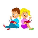 Ragazzo e ragazza che si siedono leggendo un libro Fotografie Stock Libere da Diritti