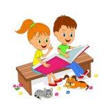Ragazzo e ragazza che si siedono sul banco e sulla lettura Fotografie Stock