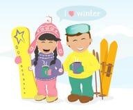 Ragazzo e ragazza con gli sci ed il caffè bevente dello snowboard Immagini Stock Libere da Diritti