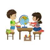 Ragazzo e ragazza con The Globe Fotografie Stock