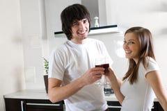 Ragazzo e ragazza con i bicchieri di vino Immagini Stock