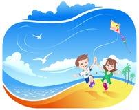 Ragazzo e ragazza con il cervo volante sulla spiaggia Fotografia Stock Libera da Diritti