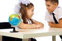 Ragazzo e ragazza con il globo Immagine Stock Libera da Diritti